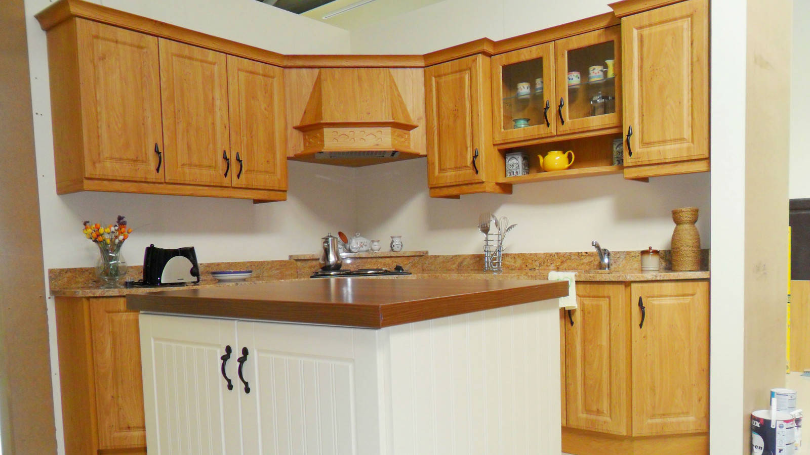 Bespoke fitted kitchens traditional contemporary for Cheap fitted kitchens